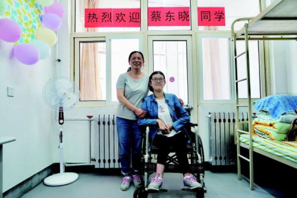蔡東曉報到後,和媽媽入住青大專門安排的單間宿舍