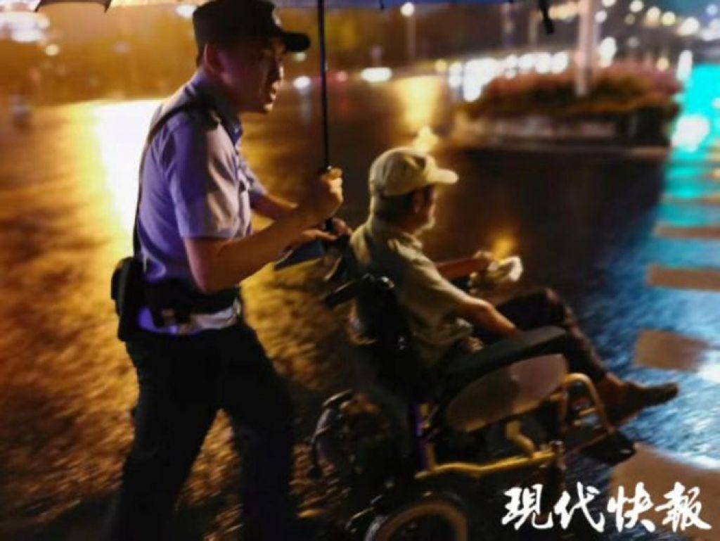 暖心一公里!輪椅老人雨夜迷路民警撐傘推其回家
