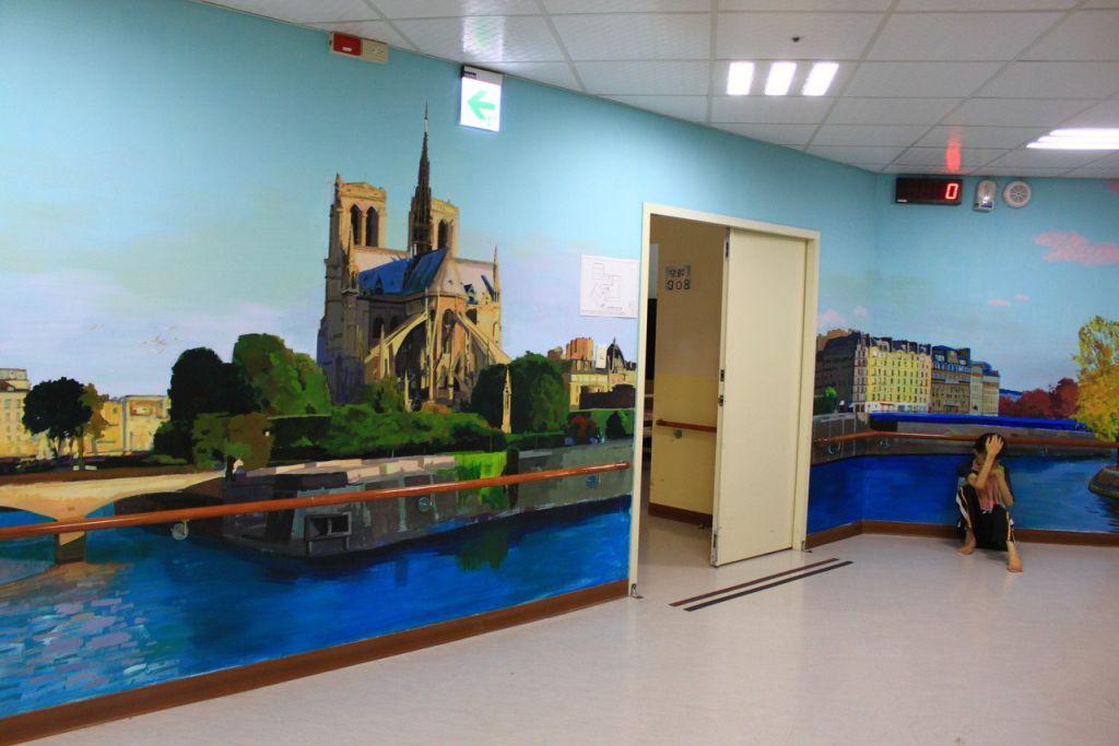 新竹縣世光教養院的牆面彩繪歐風、花園、動物、海洋世界等,常有院生在走廊欣賞