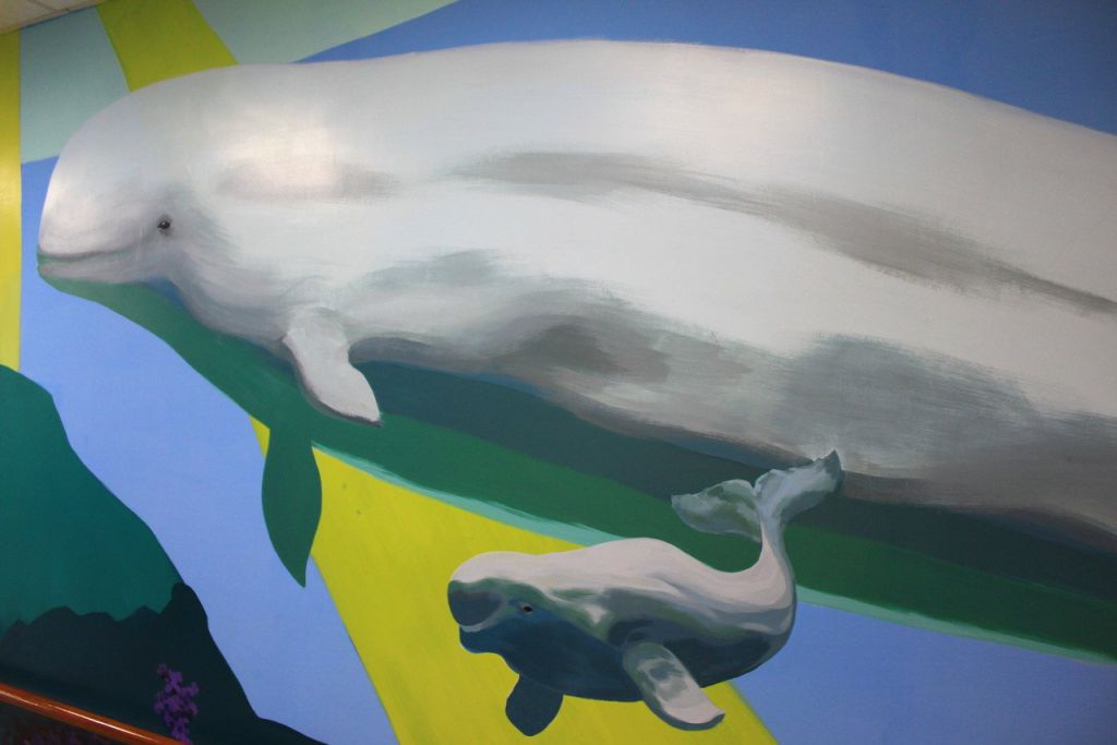 新竹縣世光教養院聘請畫家許景翔在樓層廊道彩繪,打造活潑生動的環境