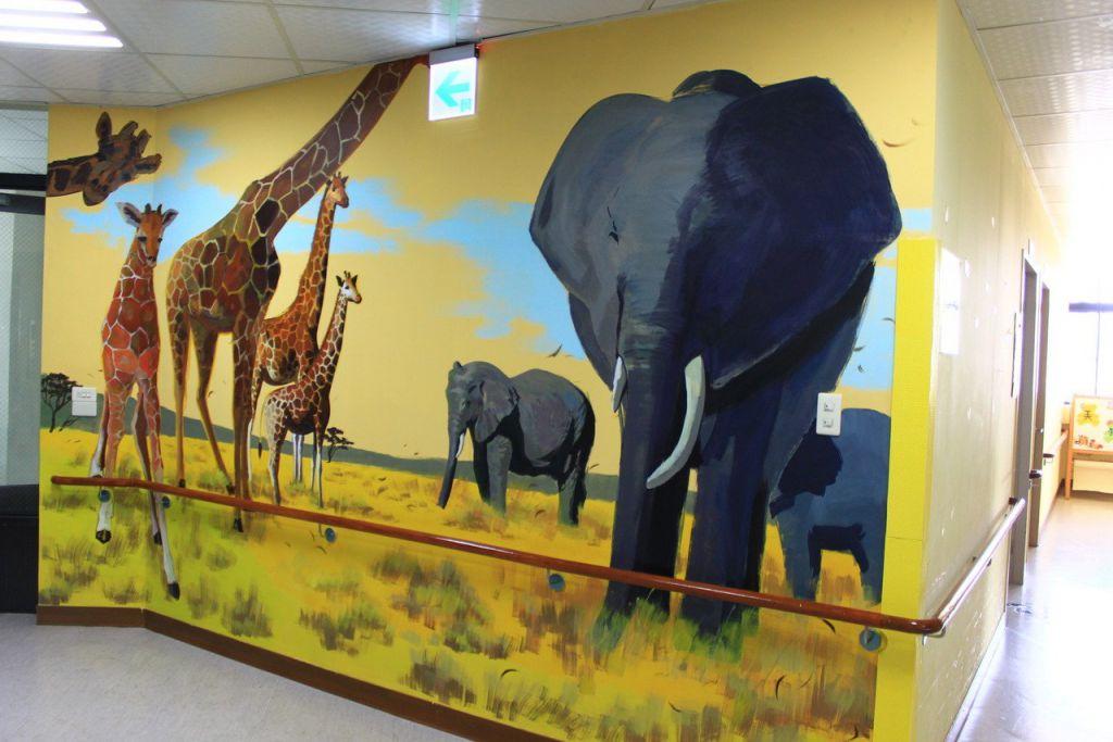 新竹縣世光教養院的牆面有動物風格,大象、長頸鹿等栩栩如生,相當生動