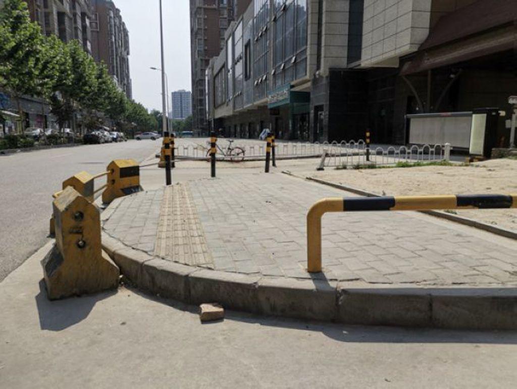 魏鵬剛調研西安道路無障礙設施發現的情況:有的坡道斷裂,或乾脆無坡道
