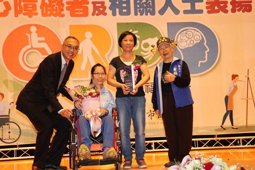 黃博煒在表揚現場,還請大家給陪伴他到場的父母鼓勵,現場響起熱烈的掌聲。謝政達在頒獎時表示,黃博煒給我們最珍貴的生命啟示
