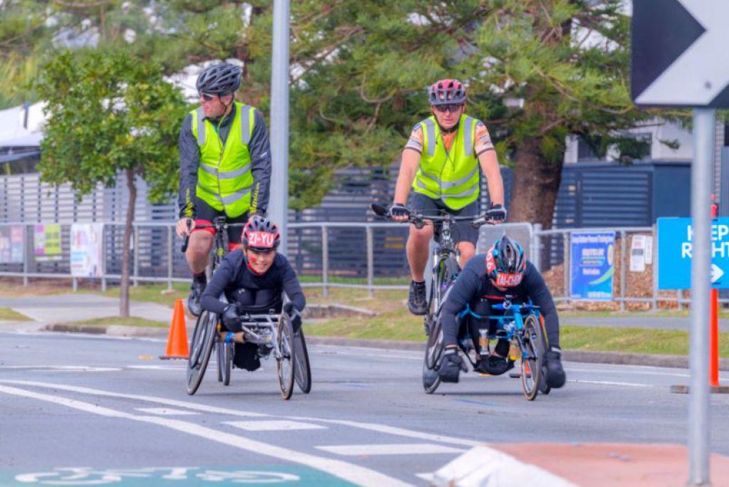 2019 澳洲黃金海岸馬拉松,跟隨在輪椅選手旁的陪同員。