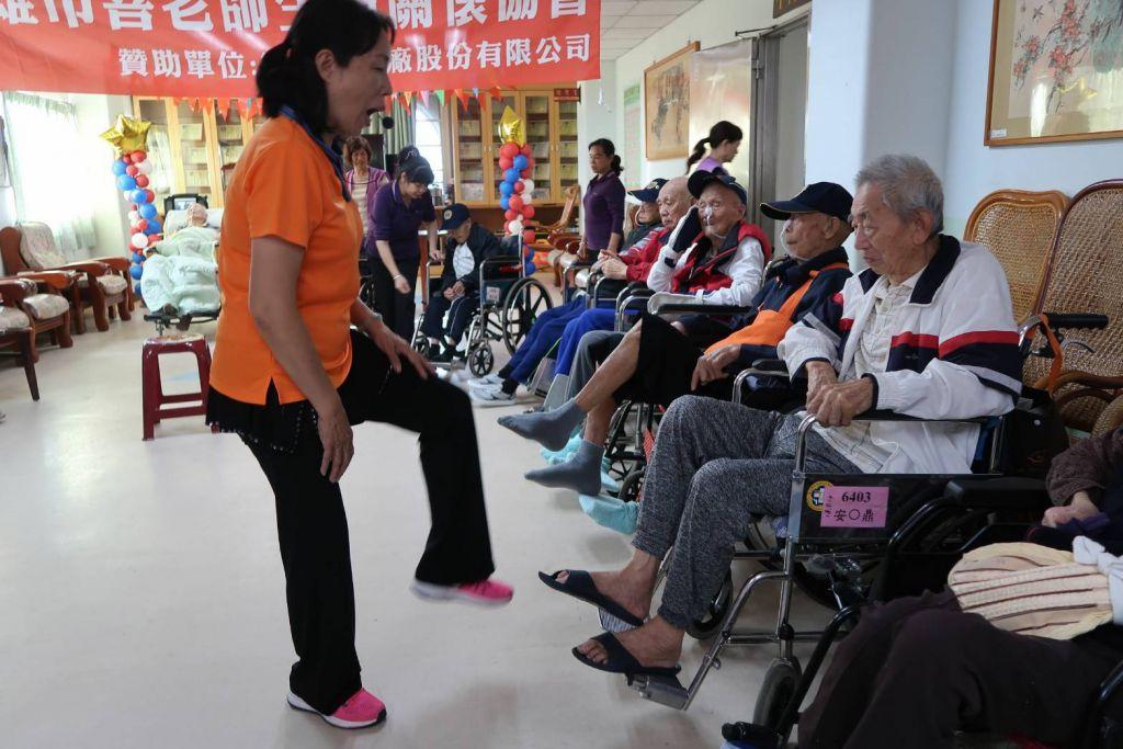 善老師帶領健康操 養護專區樂齡長輩動起來