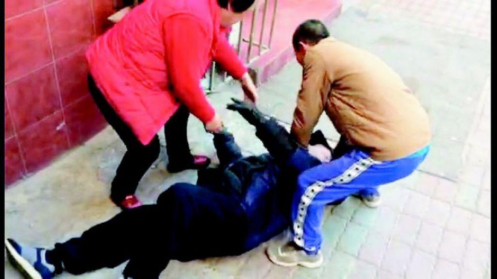 老人坐轮椅仰面摔倒好心人合力救助