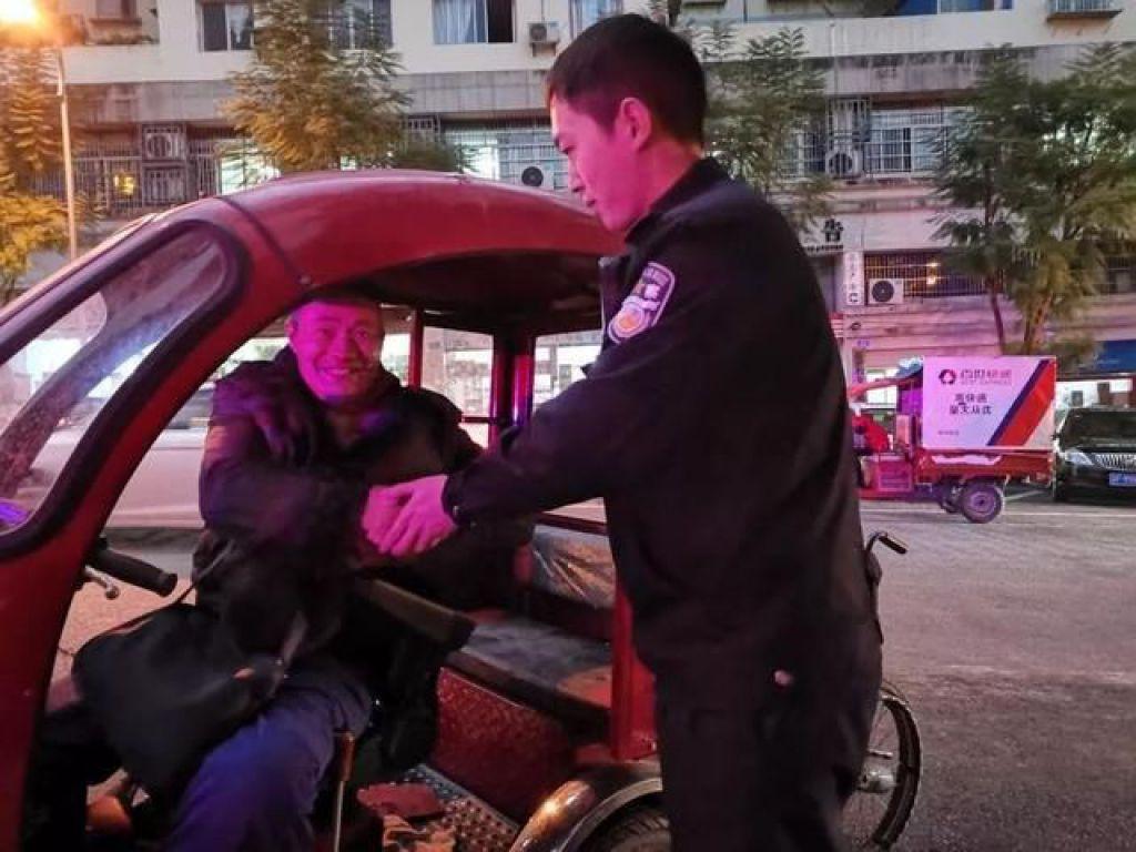 殘疾男子大意丟輪椅熱心民警迅速幫找回