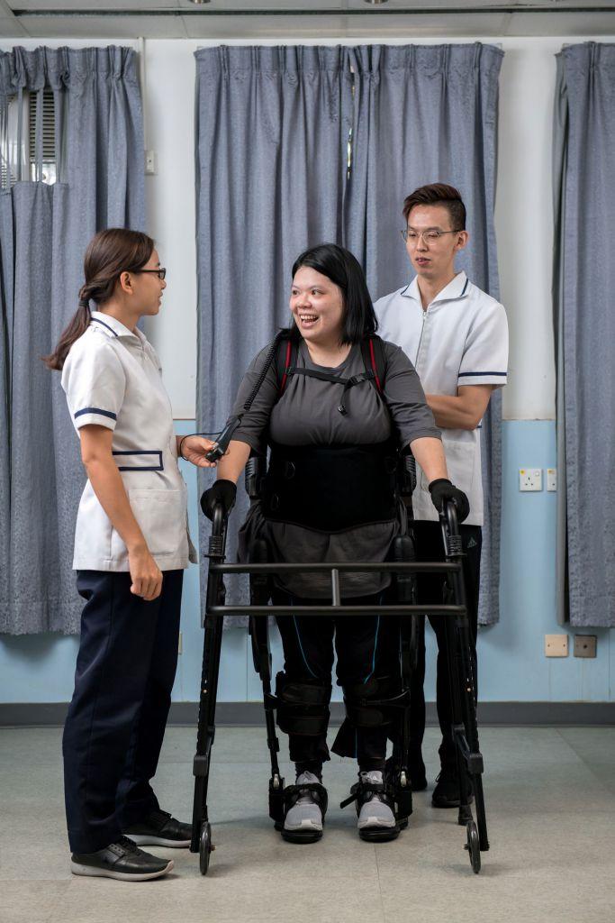持續復健中心引用了新型機械腳協助患者訓練。