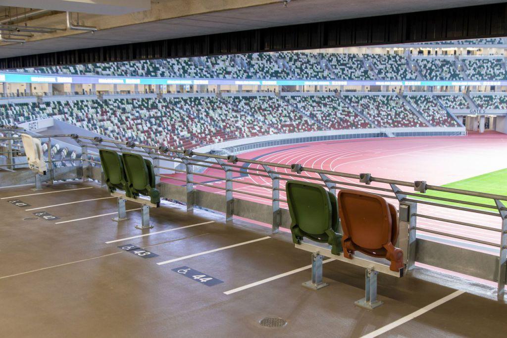 為了讓輪椅使用者和陪伴者不必分開坐,於是創造了這樣的空間——兩個相鄰陪伴者座席的兩邊是輪椅座席