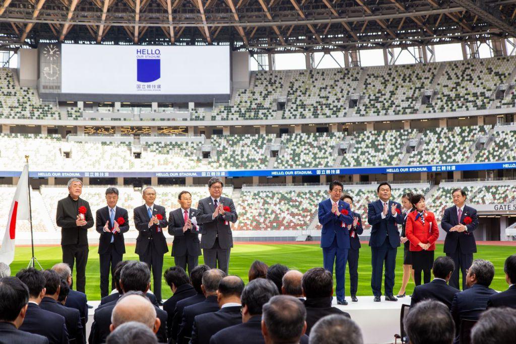日本首相安倍晉三和奧運擔當大臣橋本聖子、東京都知事小池百合子出席了竣工儀式。左邊第一人為負責場館設計工作的隈研吾先生