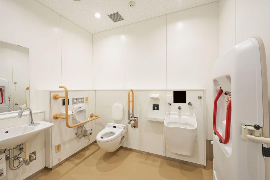 輪椅洗手間設計成左撇子和右撇子都能使用