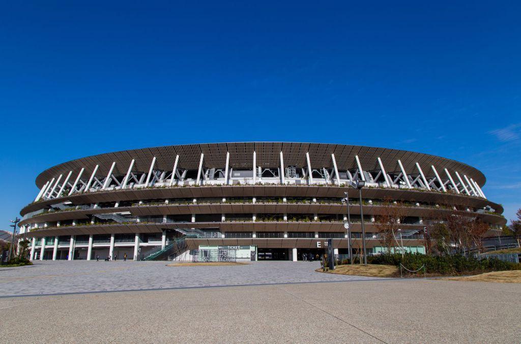 體育場能讓人感受到木材溫情。入口處的屋簷使用的也是木材