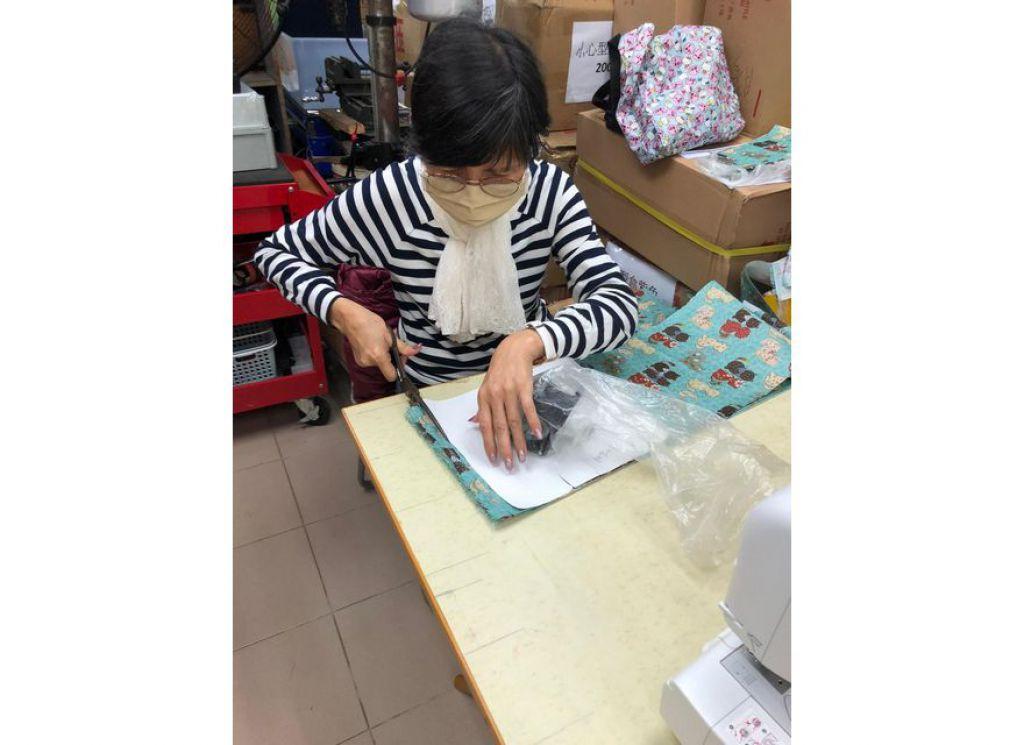 自強協會傷健義工化身車衣手 製數百布口罩派會員