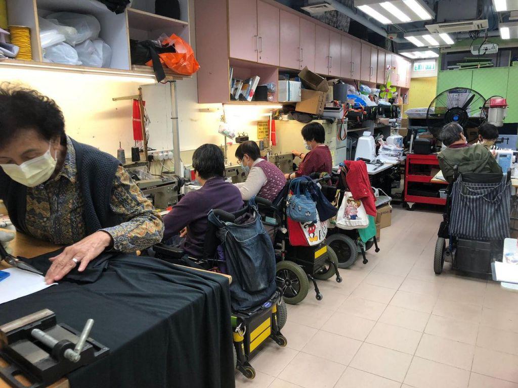 由一班社會工作者、醫生、律師、及工傷工友組成的自強協會,去年九月分別於觀塘和深水埗區成立「社區輪椅褓姆隊」,招募輪椅人士及街坊義工。