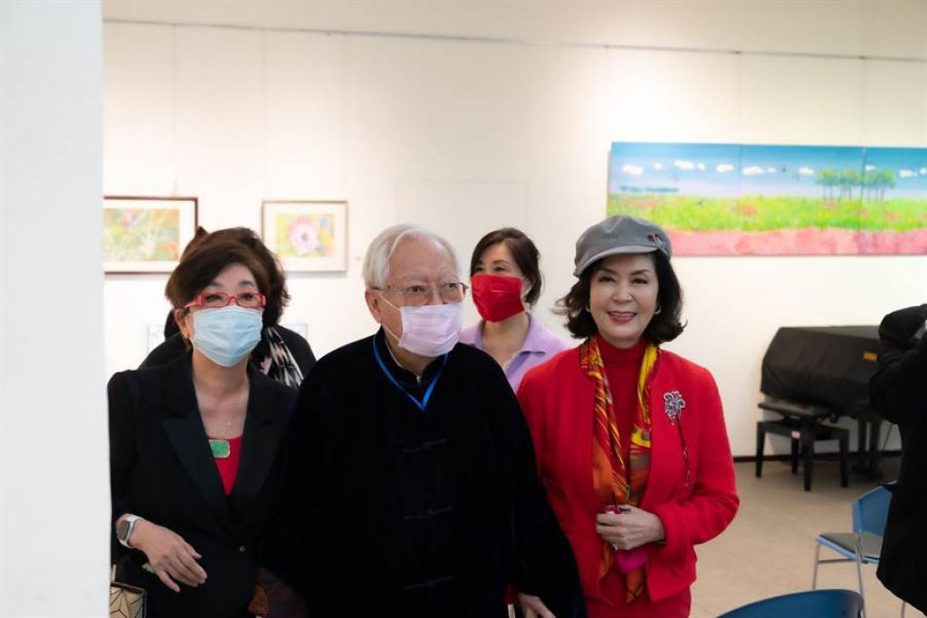 白嘉莉(右一)挽著大師歐豪年(右三)參觀畫展
