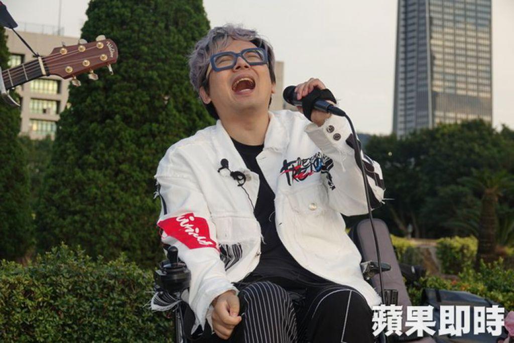 林政緯透過多年復建,從本來不能說話開始練習,現已經能唱歌