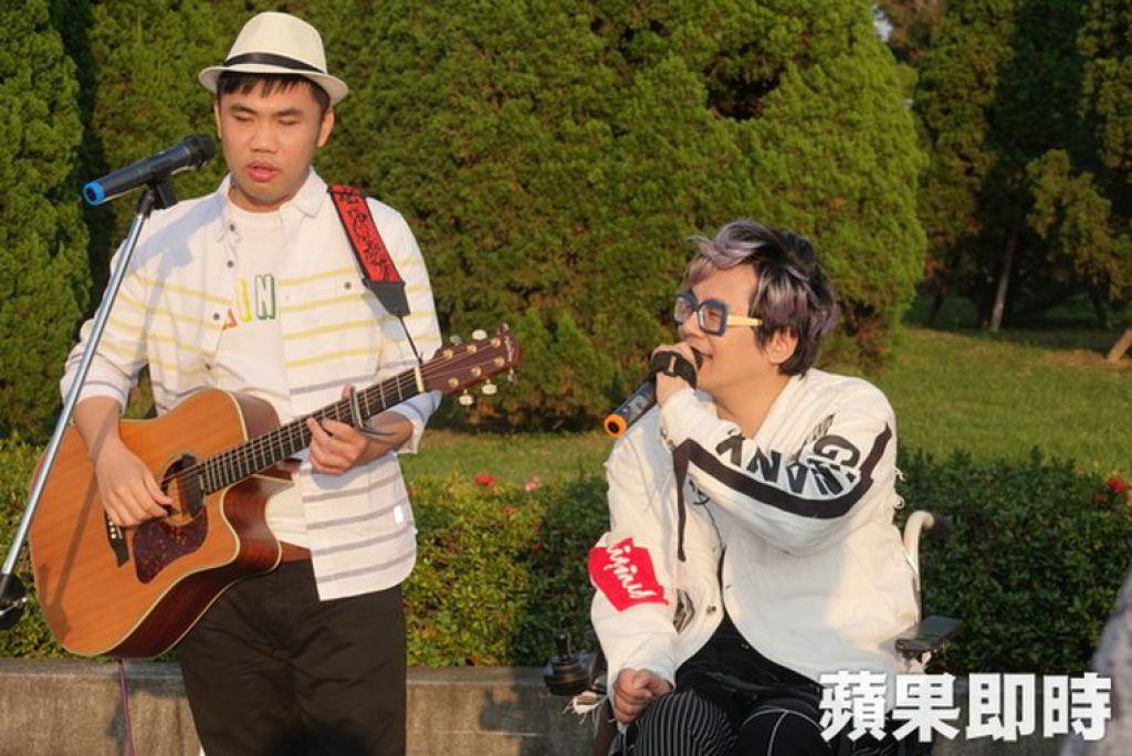 林政緯與洪新智組成雙人樂團,在雙北地區表演