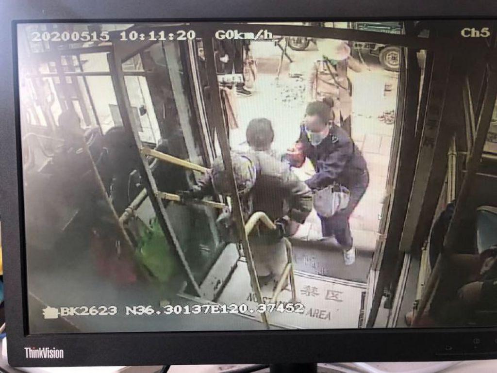 青島120路駕駛員林春華:暖心幫助坐輪椅老人上公交車