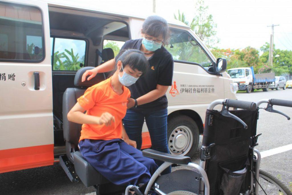 身障服务行动车特地装置福祉椅,方便重度身障者上下车