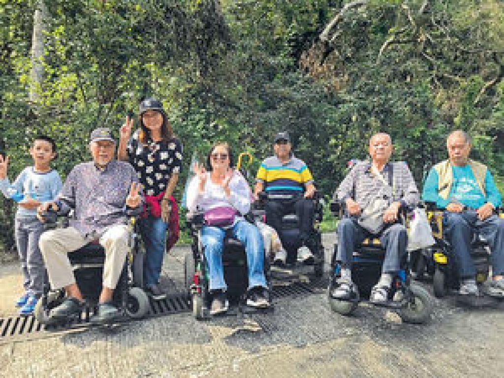 一眾輪椅人士一起出遊,可相互照顧。
