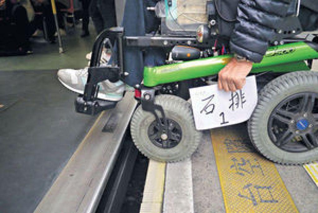 西鐵站月台與列車空隙大,輪椅人士出入時難免有困難。