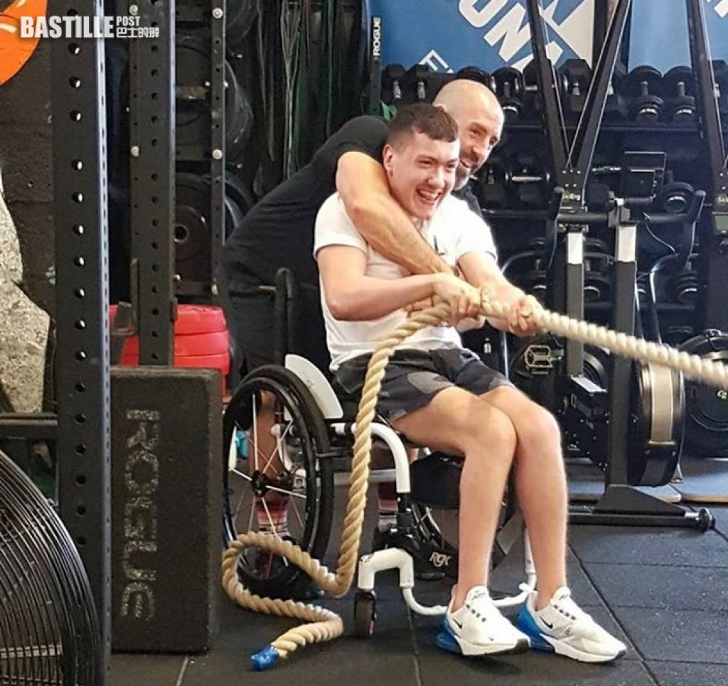 蘇格蘭腦癱青年坐輪椅健身 單靠雙手訓練成健身達人