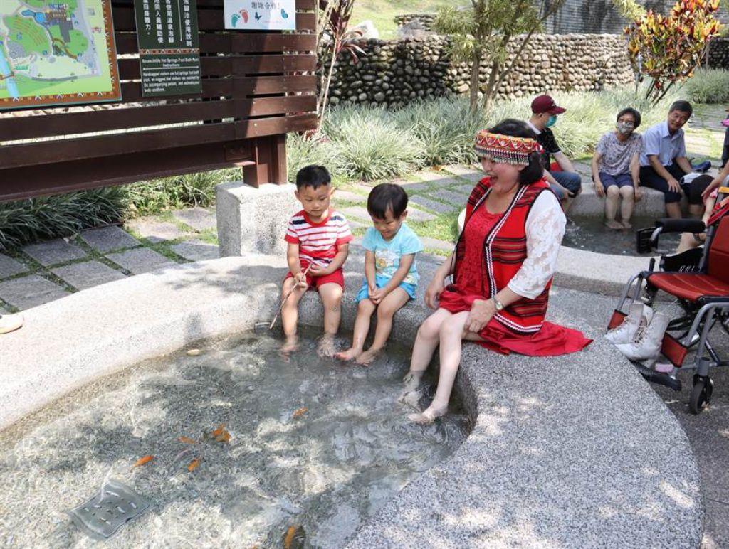 谷關溫泉公園泡腳池的高度、深度、扶手等採行通用設計,方便長輩及輪椅族使用