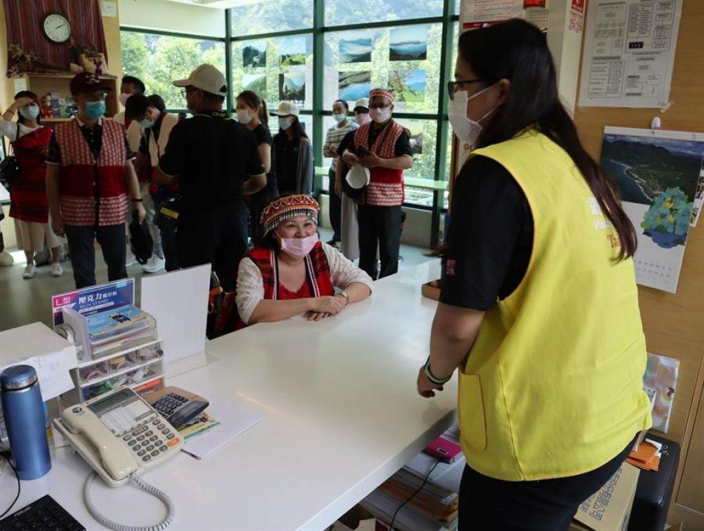 谷關遊客中心諮詢櫃台高度採用通用設計,特別考量輪椅族高度