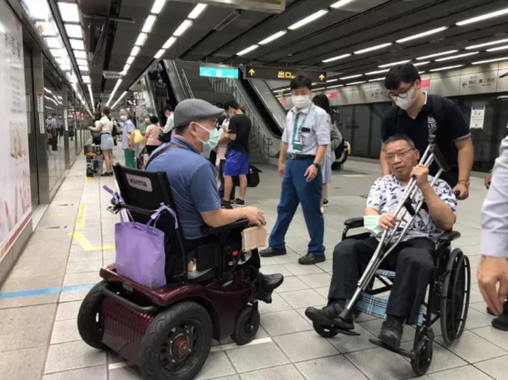 高雄市政府、高捷公司願從善如流傾聽輪椅族心聲,身障團體表示肯定,也強調「我們不是要討照顧,是爭取平權」。