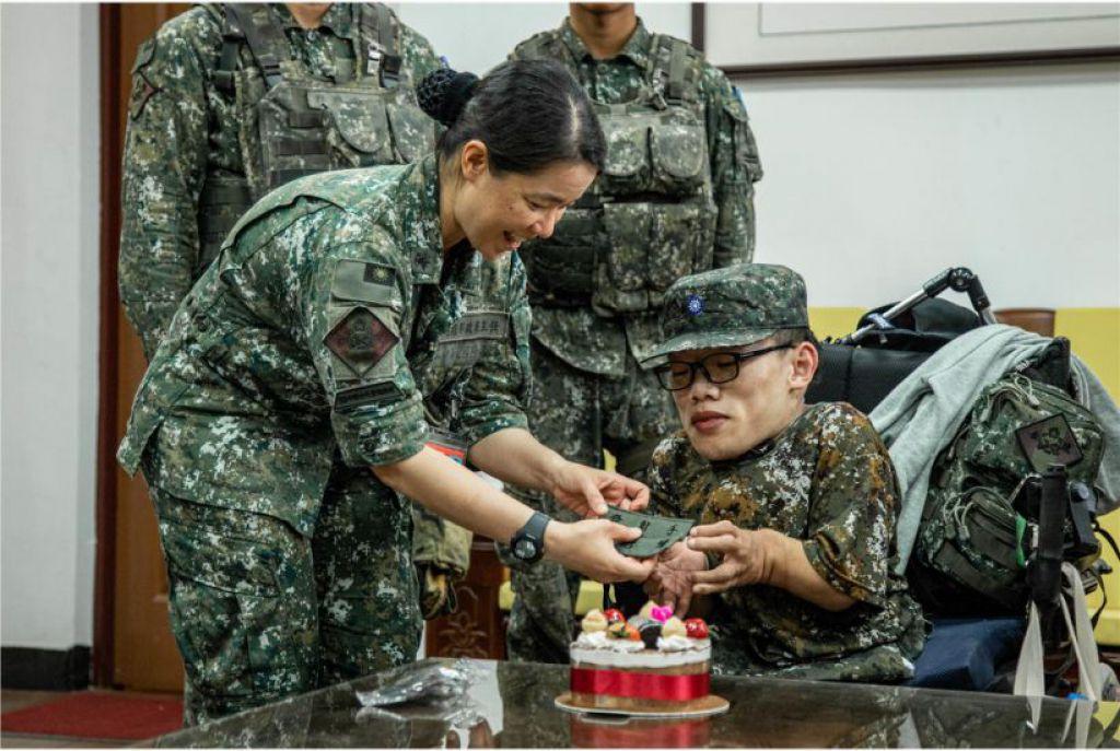 陸軍21砲指部官兵特別安排一場慶生驚喜,現場滿滿的祝福。