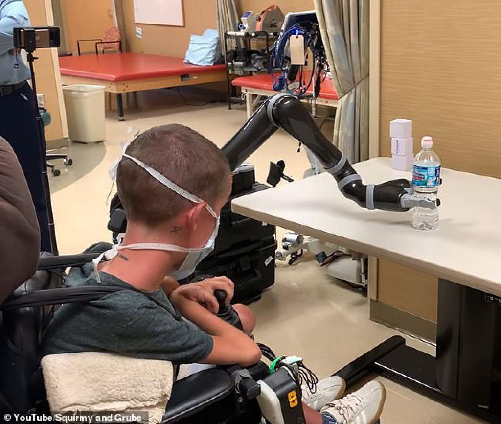 改變生活:JACO手臂有三隻手指,上肢殘疾者可以用來執行日常任務,例如撿起物體
