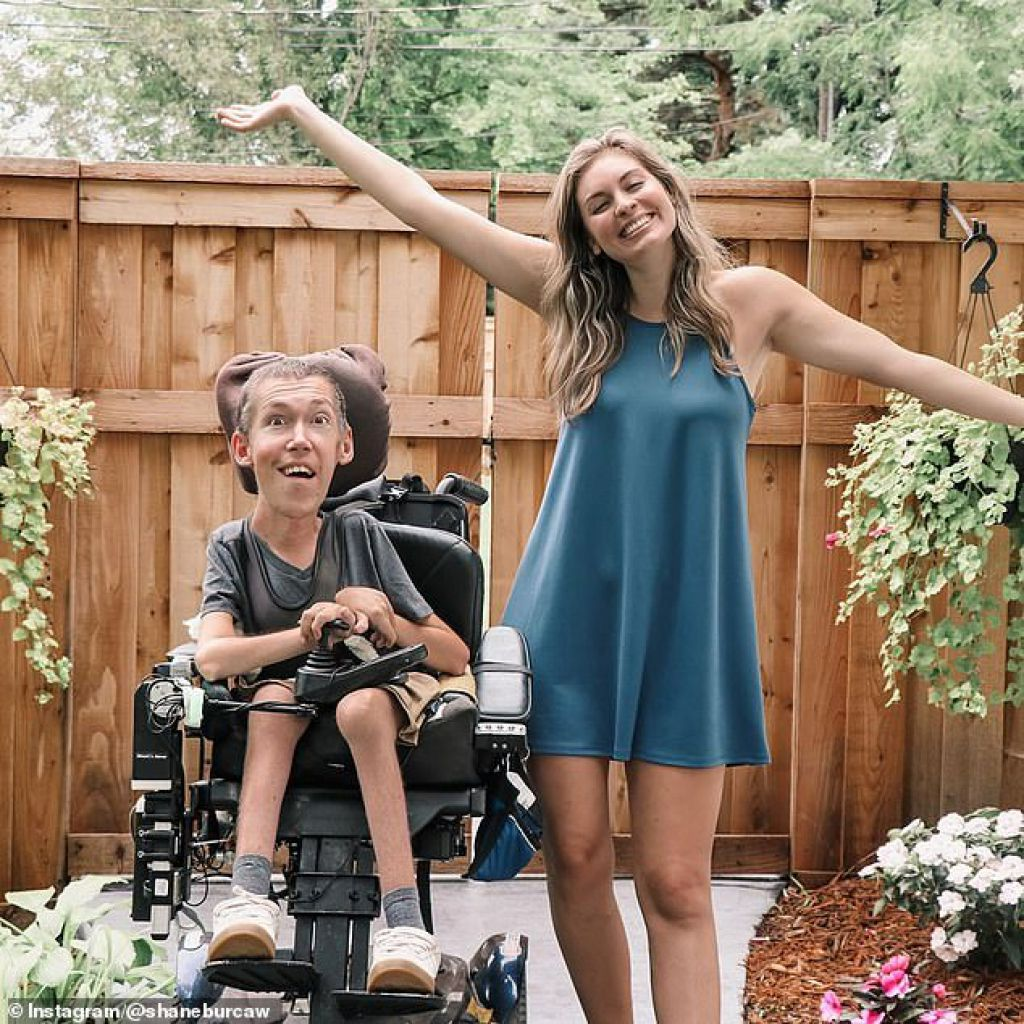 YouTube明星:Shane和Hannah開設了YouTube頻道,以更好地教育人們相互了解的關係,目前擁有超過658,000名訂閱者