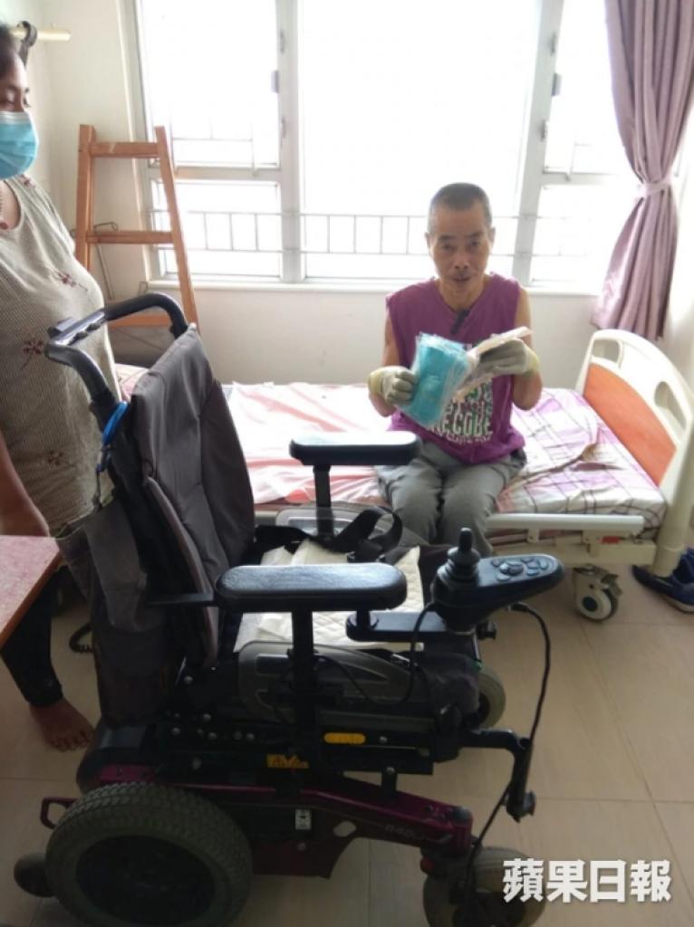 科叔表示戴上抗菌手套使用電動輪椅較為衛生。