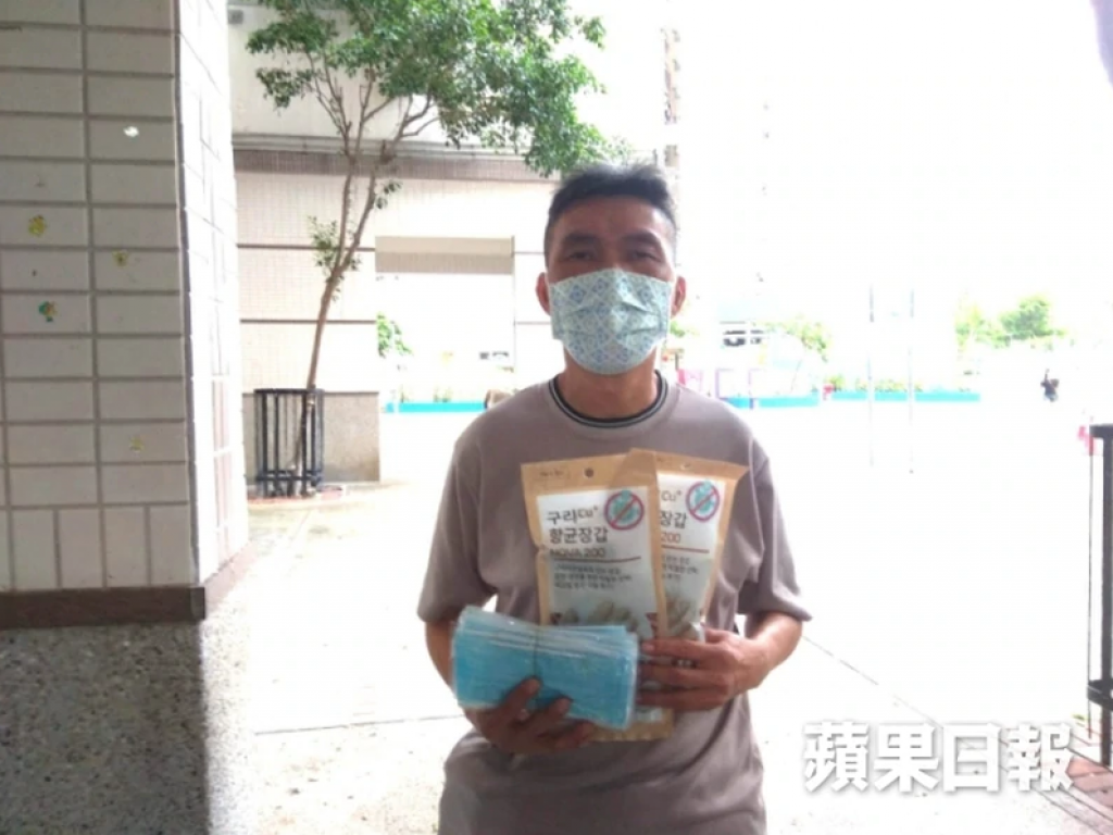 最近,「蘋果日報慈善基金」曾為另一位患有骨髓瘤的服務使用者「世叔」(暖流之友編號:C4614)送上抗菌手套,使他往醫院覆診時使用。