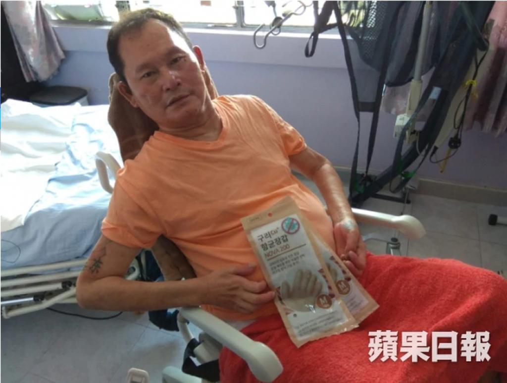 最近,「蘋果日報慈善基金」曾為另一位使用電動輪椅的服務使用者「成哥」(暖流之友編號:C3953)送上抗菌手套,使他往醫院覆診時使用。