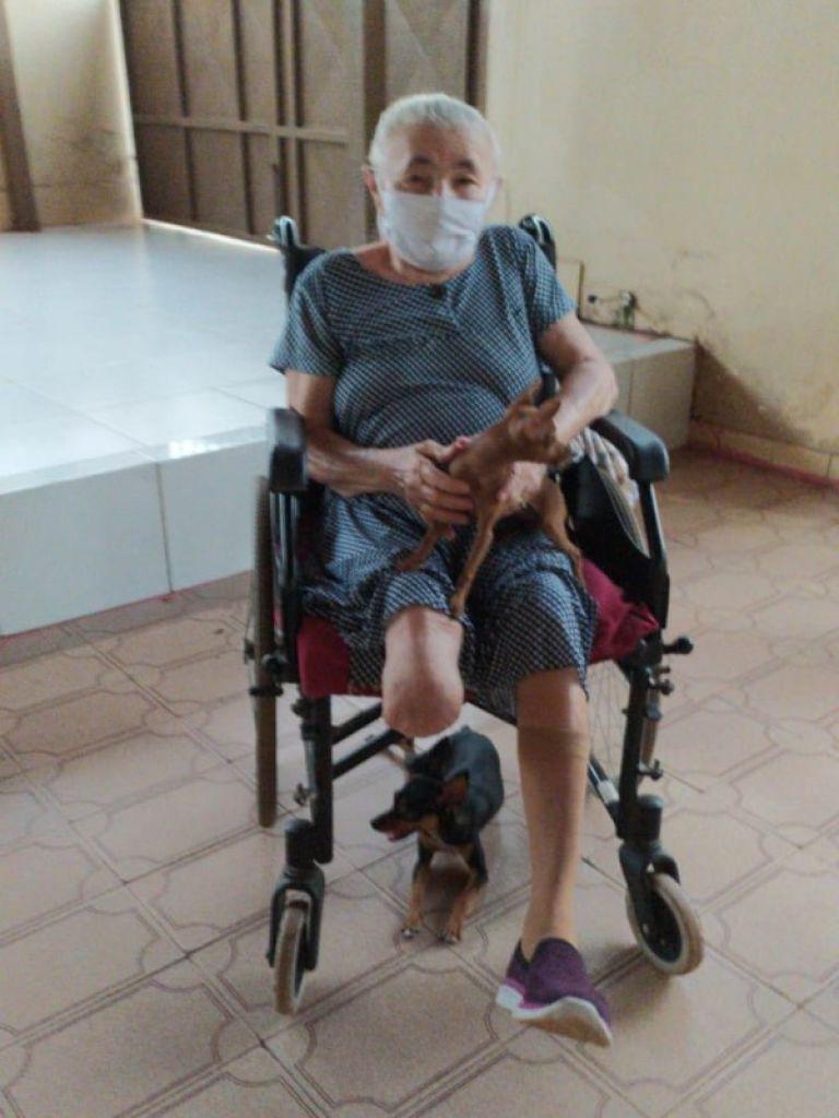 阿嬤有了貼心莉莉(輪椅下)與拉拉的陪伴,每天都感到很療癒又開心呢!
