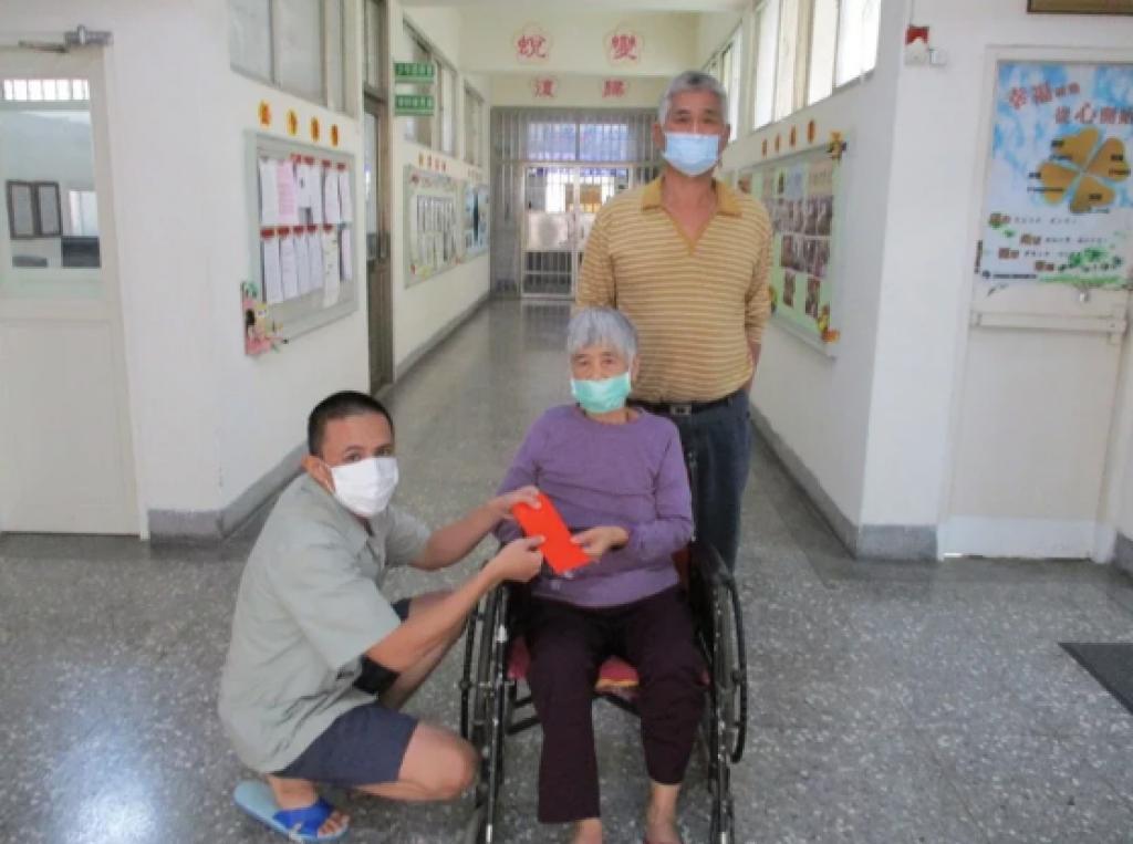 收容人家境困難 阿嬤坐輪椅探視讓他感動落淚