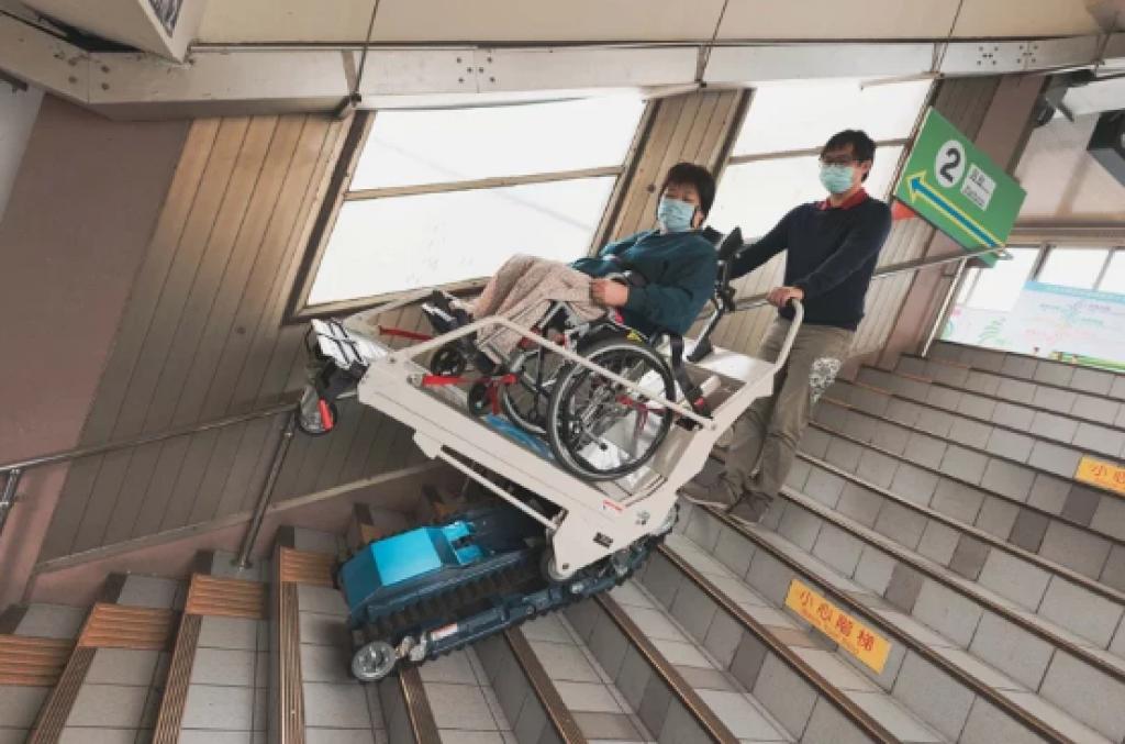 新竹市政府與台鐵合作設置平台式履帶爬梯機,方便輪椅族上下第2月台樓梯。