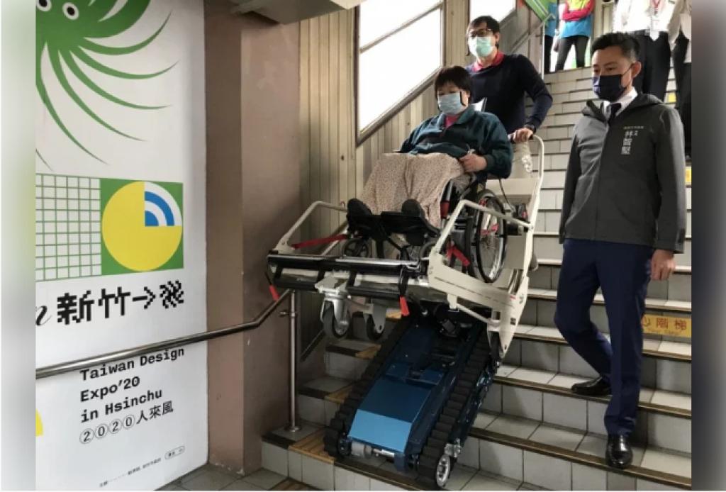 方便輪椅族上下月台樓梯 竹市府與台鐵合作設爬梯機
