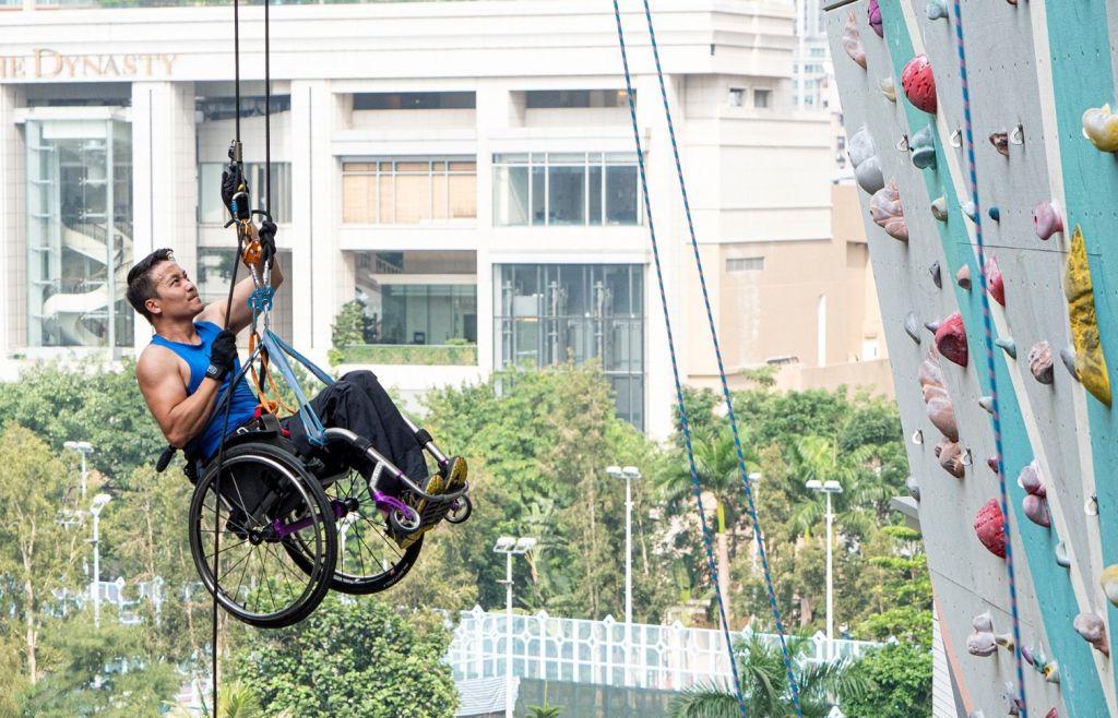 監製港產片《獅子山上》,第一位華人獲提名競逐有「運動界奧斯卡」之稱的「勞倫斯最佳運動時刻奬」