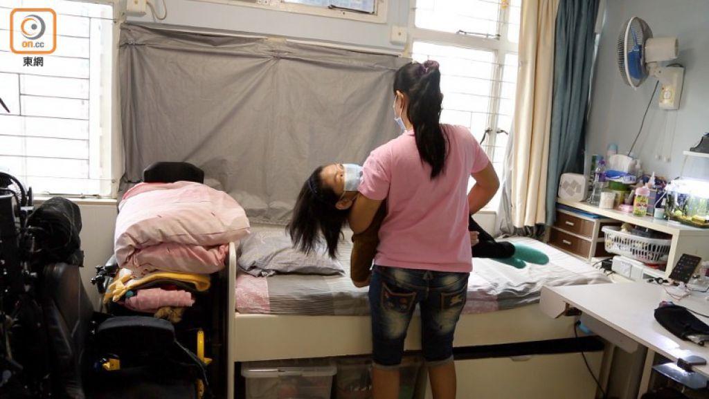 兩人同住一屋,Daisy每天負責照顧Elaine的日常所需。