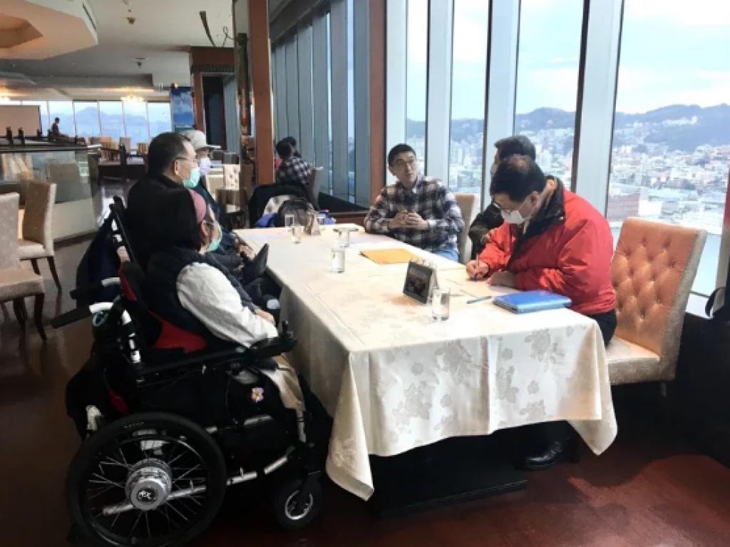 基隆市不少輪椅族視搭公車為畏途,前立委謝國樑(右3)安排公車處長陳新埤(右2)與脊髓損傷者協會成員會面,協助建立雙方溝通平台。