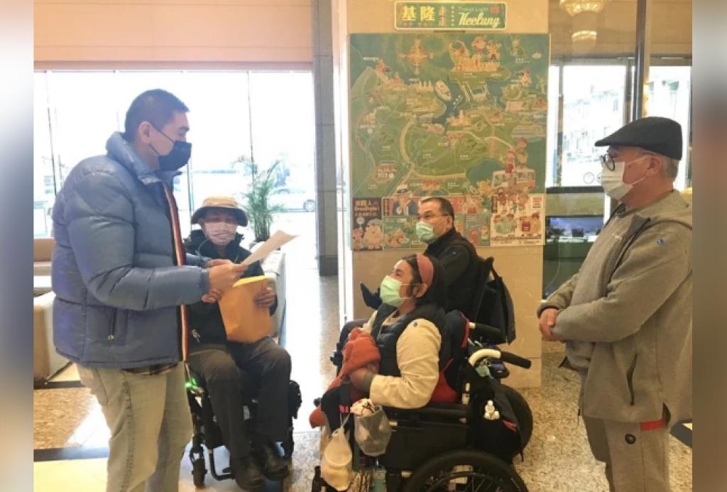 前立委謝國樑(左1)了解後,安排脊髓損傷者協會與公車處建立溝通平台。