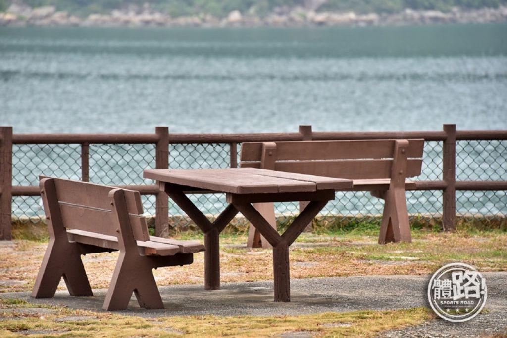 黃石碼頭旁燒烤場有供輪椅人士使用的桌子