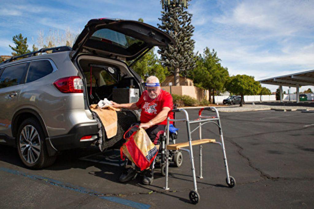 帕克大部分時間都仰賴輪椅,但依然肩負了照顧妻子的主要責任。