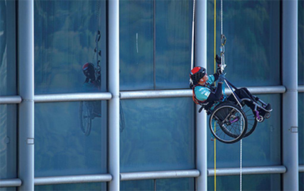 黎志偉是世界首位攀登摩天大廈的輪椅人士。 (相片由Ignite Community Services提供)