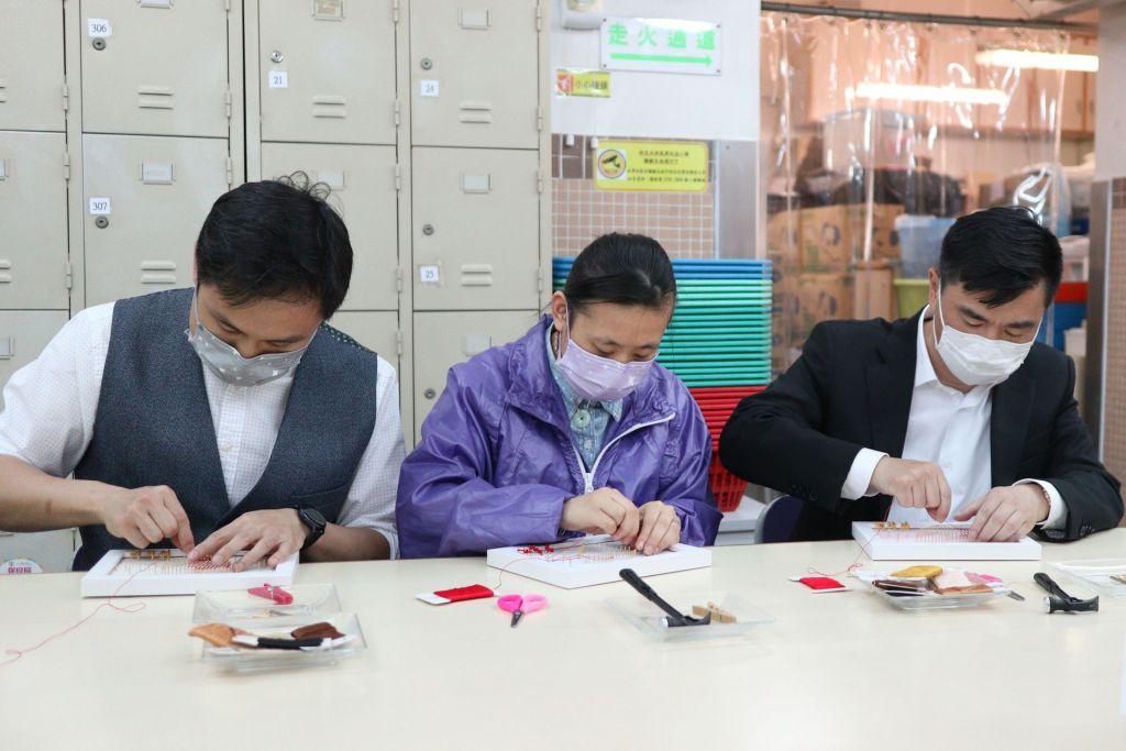 林副主席(右)及顏肇臻總理(左)一同發揮創意,製作釘線畫。