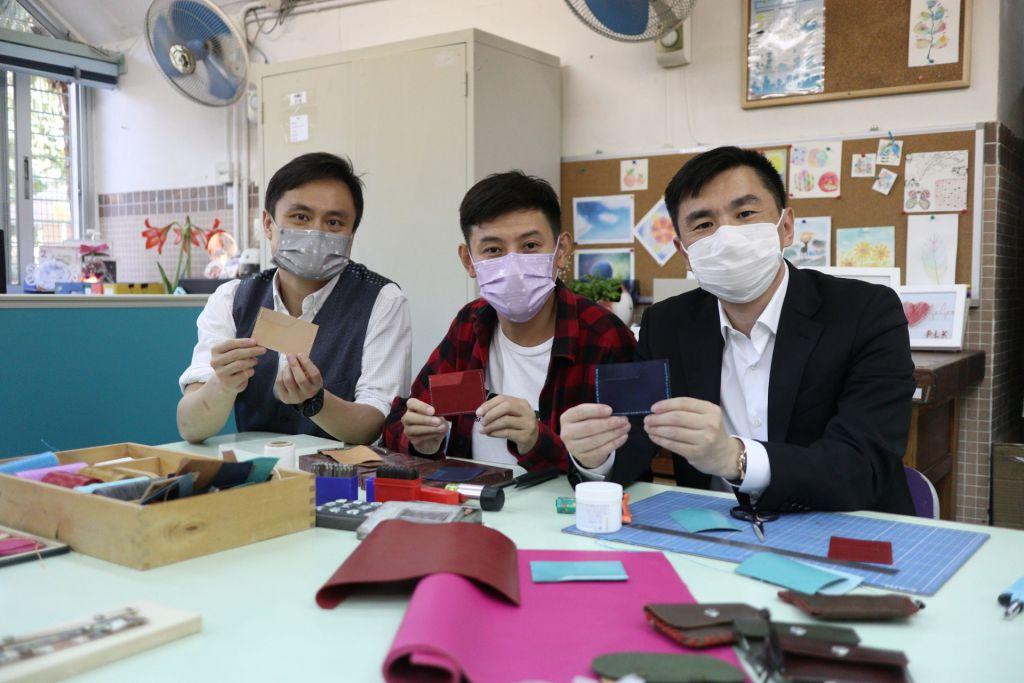 林副主席(右)及顏肇臻總理(左)表示製皮革需要一定的手藝,非常欣賞偉停(中)的才能。