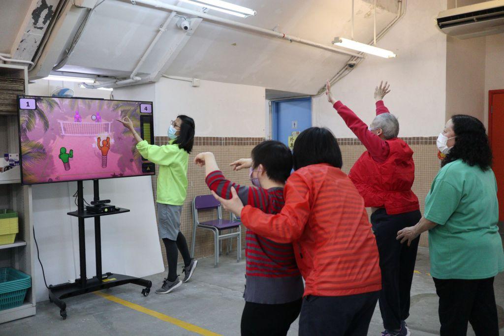 保良局引入具互動治療元素遊戲,透過視覺及聽覺剌激,讓年長殘疾人士更加投入訓練。