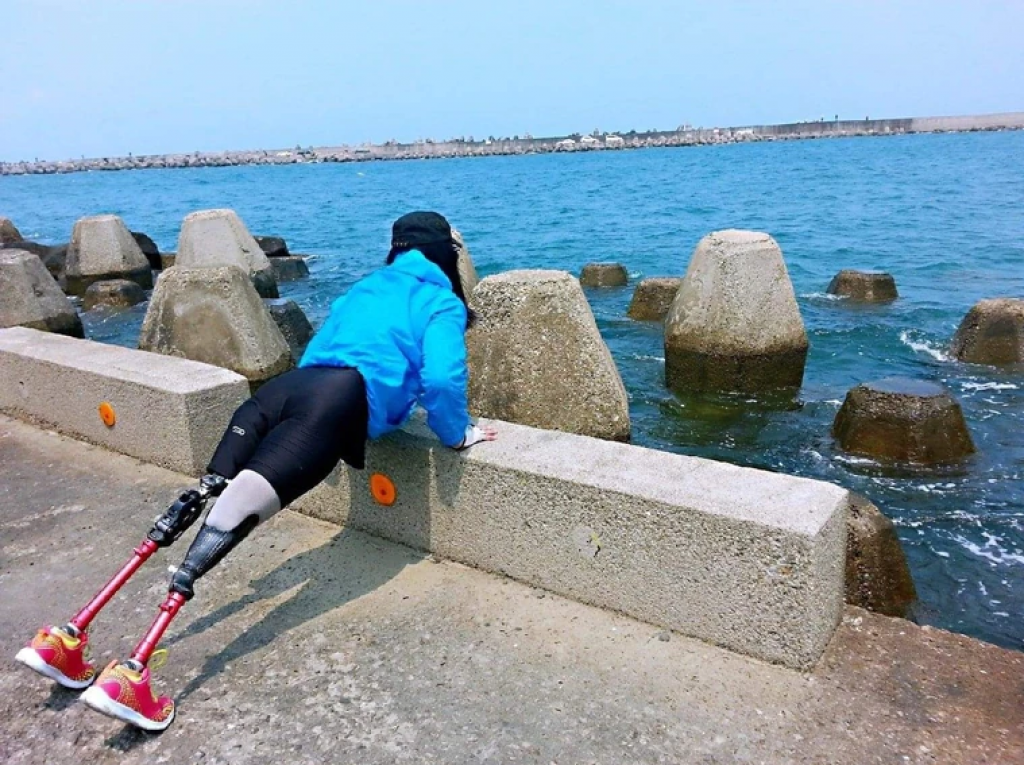 欣茹參加媽祖繞境時,在苗栗海邊運動。